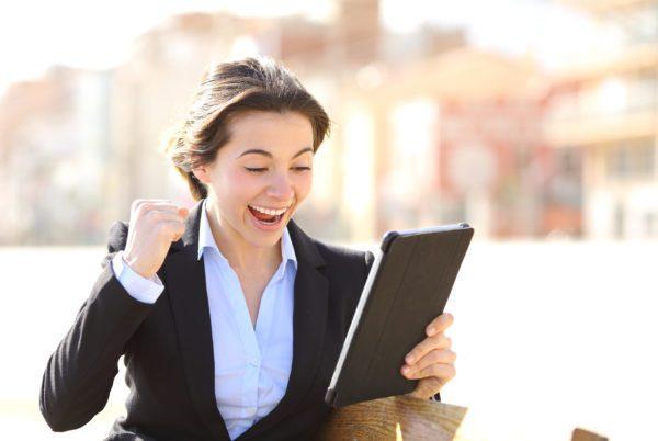 Erfolgreiche Geschäftsfrau schaut auf ihren Tablet