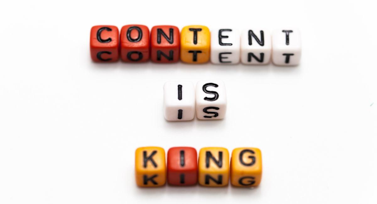 Bausteine mit Buchstaben in rot, wei und gelb bilden eine Aufschrift: Content is King
