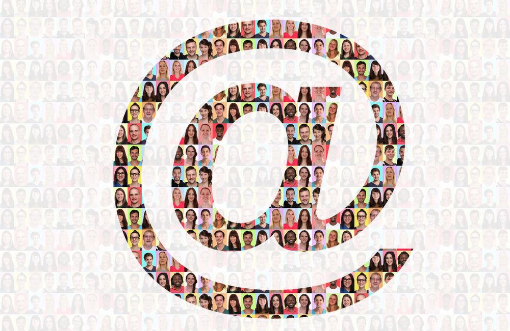 E-Mail Symbol geformt aus vielen Gesichtern