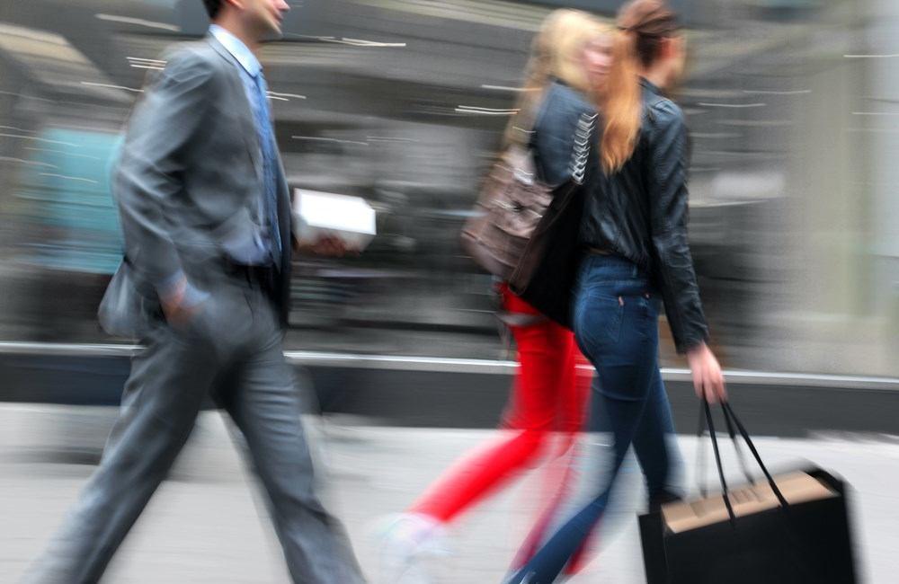 Sales Shift - andere Verkaufsmethoden werden heute eingesetzt. Personen in Bewegung auf der Einkaufsstraße 2 Frauen mit Einkaufstasche und 1 Geschäftsmann